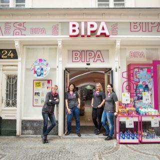 Vier Angestellte vor Bipa-Filiale