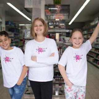 3 Kinder mit BIPA T-Shirt vor Regalen