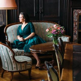 Frau auf Vintage-Sofa
