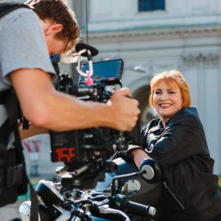 """Ex-TV-Moderatorin Chris Lohner bei den Dreharbeiten zu """"Weil ich ein Mädchen bin"""""""