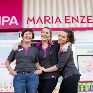 Filiale Maria Enzersdorf nach dem Umbau außen mit 3 Mitarbeiterinnen im Vordergrund
